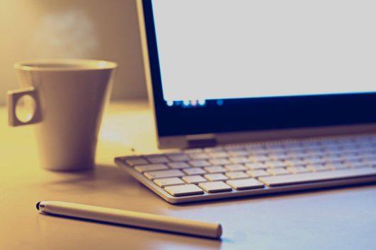 mac-keyboard-monitor-pen-coffee-cup-vojtech-okenka-thumb-1-531x354